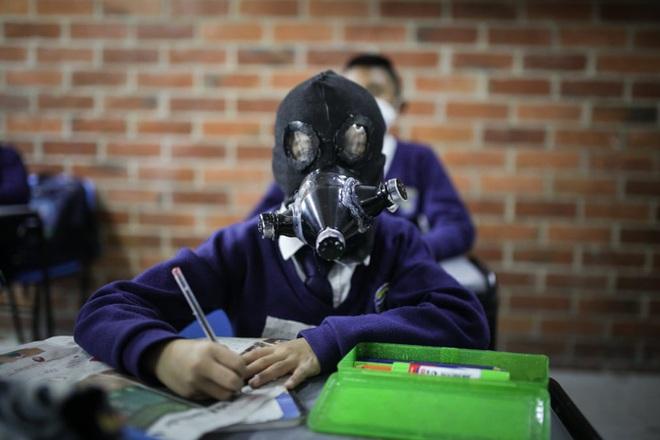 24h qua ảnh: Học sinh đeo mặt nạ tự chế phòng Covid-19 trong lớp - Ảnh 3.