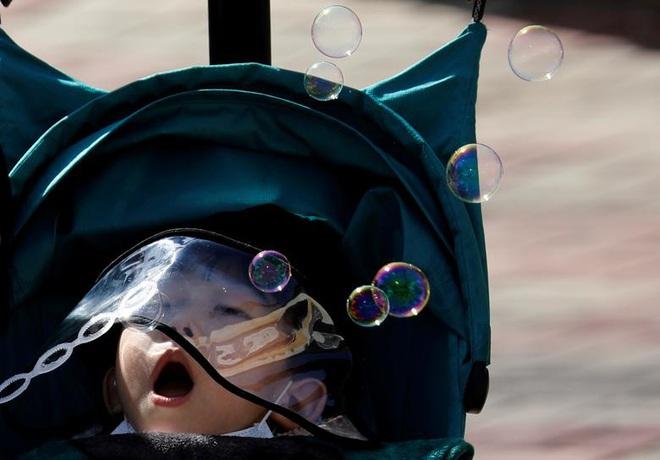 24h qua ảnh: Học sinh đeo mặt nạ tự chế phòng Covid-19 trong lớp - Ảnh 5.