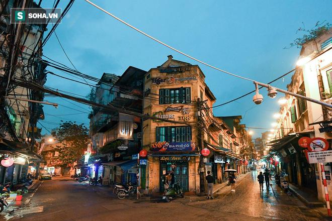 Cảnh tượng chìm trong bóng tối hiếm thấy của nhiều con phố kinh doanh sầm uất nhất Hà Nội - Ảnh 1.