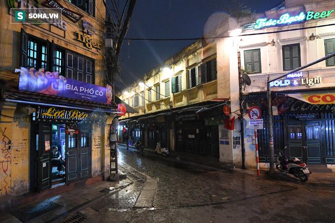 Cảnh tượng chìm trong bóng tối hiếm thấy của nhiều con phố kinh doanh sầm uất nhất Hà Nội - Ảnh 2.