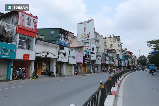 Cảnh tượng chìm trong bóng tối hiếm thấy của nhiều con phố kinh doanh sầm uất nhất Hà Nội - Ảnh 8.