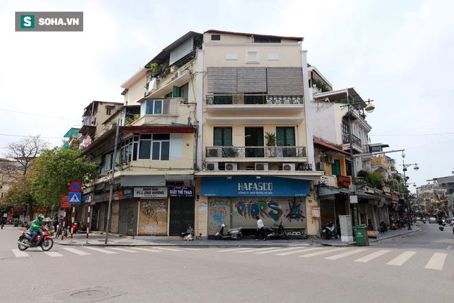Cảnh tượng chìm trong bóng tối hiếm thấy của nhiều con phố kinh doanh sầm uất nhất Hà Nội - Ảnh 9.