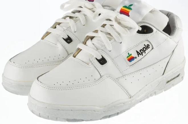 Apple từng sản xuất cả giày thể thao và một đôi giày như vậy vừa bán đấu giá thành công 10 ngàn USD - Ảnh 1.