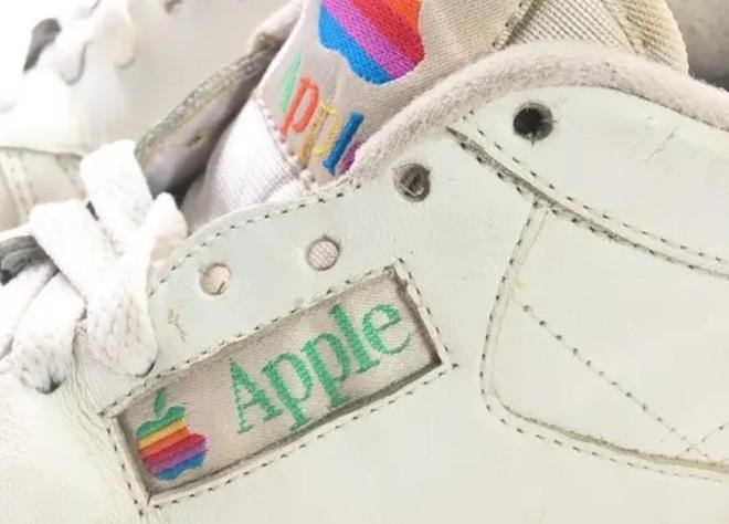 Apple từng sản xuất cả giày thể thao và một đôi giày như vậy vừa bán đấu giá thành công 10 ngàn USD - Ảnh 2.