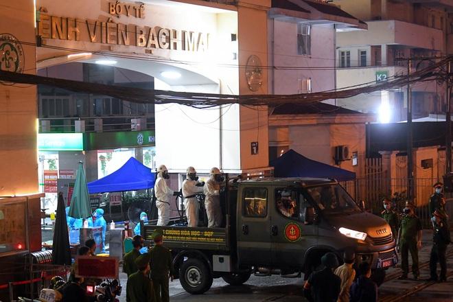 Cận cảnh quá trình phun tiêu trùng, khử độc kéo dài gần 1 tiếng ở Bệnh viện Bạch Mai - Ảnh 12.