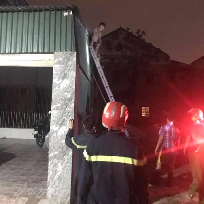 Thấy nhà cùng tài sản bị lửa thiêu rụi, thanh niên hoảng loạn leo lên nóc nhà đòi tự tử - Ảnh 9.