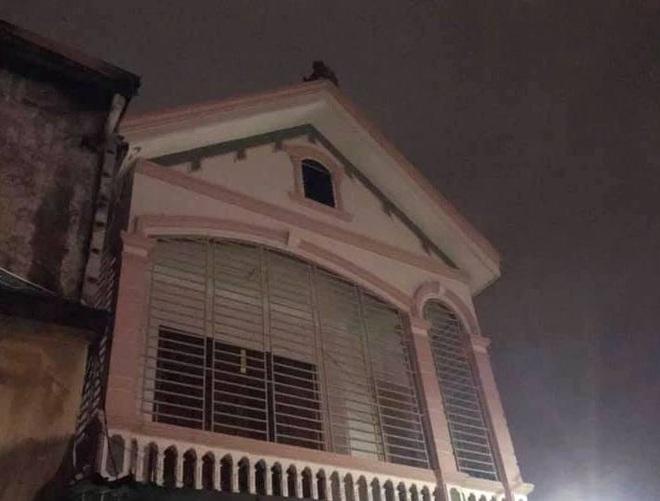 Thấy nhà cùng tài sản bị lửa thiêu rụi, thanh niên hoảng loạn leo lên nóc nhà đòi tự tử - Ảnh 4.