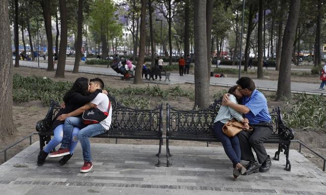 24h qua ảnh: Các cặp đôi hôn nhau trong công viên ở Mexico - Ảnh 6.