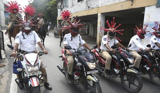 COVID-19: Vi phạm lệnh phong tỏa, khách nước ngoài bị cảnh sát Ấn Độ bắt chép phạt Tôi xin lỗi 500 lần - Ảnh 1.