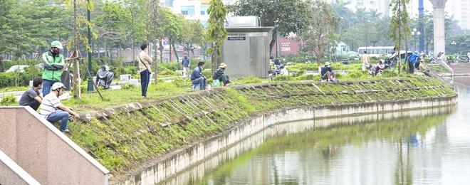 Hàng chục người thả cần câu cá ở Hà Nội trong ngày thứ 2 thực hiện cách ly toàn xã hội  - Ảnh 5.