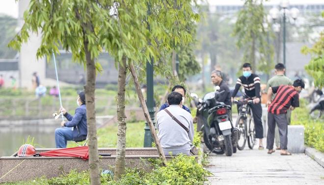 Hàng chục người thả cần câu cá ở Hà Nội trong ngày thứ 2 thực hiện cách ly toàn xã hội  - Ảnh 6.