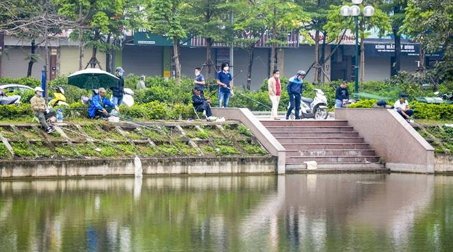 Hàng chục người thả cần câu cá ở Hà Nội trong ngày thứ 2 thực hiện cách ly toàn xã hội  - Ảnh 7.