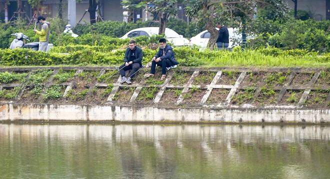 Hàng chục người thả cần câu cá ở Hà Nội trong ngày thứ 2 thực hiện cách ly toàn xã hội  - Ảnh 8.