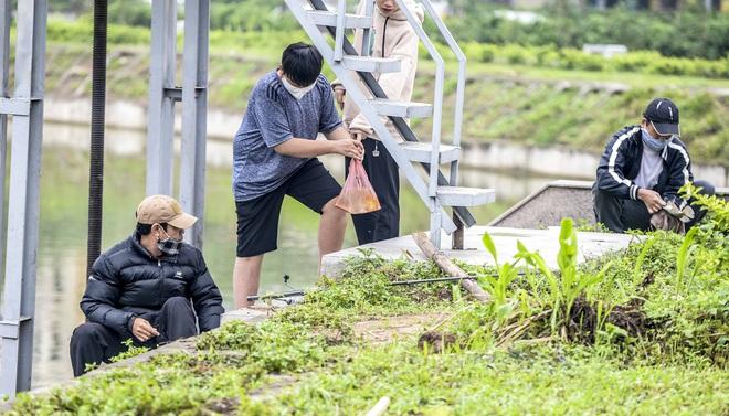 Hàng chục người thả cần câu cá ở Hà Nội trong ngày thứ 2 thực hiện cách ly toàn xã hội  - Ảnh 9.