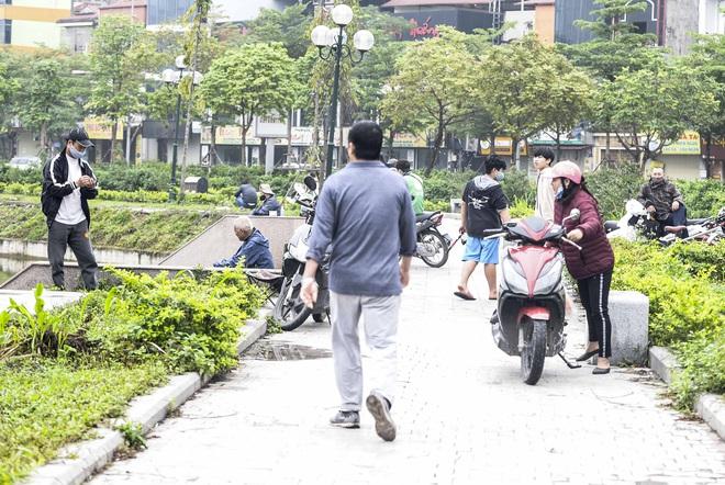 Hàng chục người thả cần câu cá ở Hà Nội trong ngày thứ 2 thực hiện cách ly toàn xã hội  - Ảnh 11.
