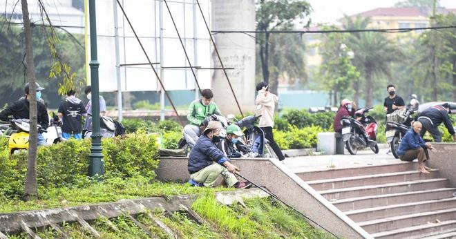 Hàng chục người thả cần câu cá ở Hà Nội trong ngày thứ 2 thực hiện cách ly toàn xã hội  - Ảnh 12.