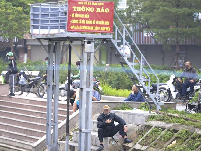 Hàng chục người thả cần câu cá ở Hà Nội trong ngày thứ 2 thực hiện cách ly toàn xã hội  - Ảnh 2.