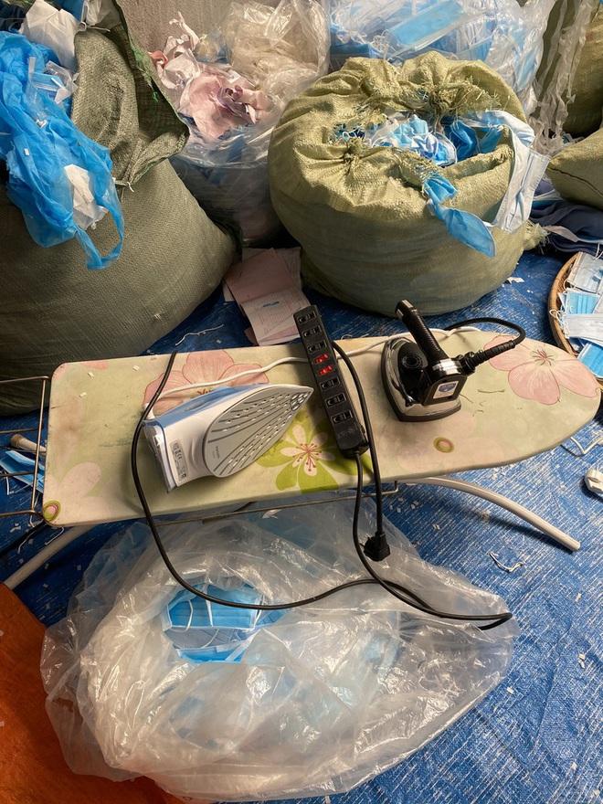 Phát hiện cơ sở có hành vi tái chế khẩu trang y tế: Hiện trường có 25 bao khẩu trang đã qua sử dụng, 2 bàn ủi - Ảnh 1.