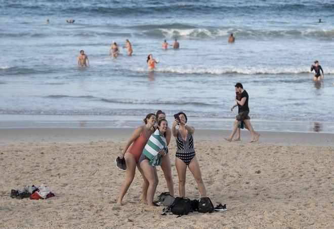 7 ngày qua ảnh: Mọi người nghỉ ngơi trên bãi tắm ở Novosibirsk, Nga - Ảnh 8.