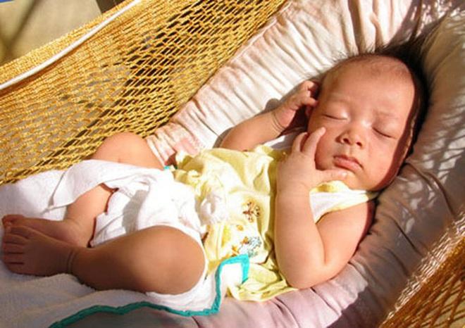 Sự thật về phơi nắng để bổ sung vitamin D cho trẻ: Không chỉ ít tác dụng còn dễ gây hại - Ảnh 2.