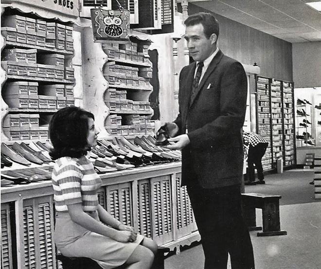 Nói với vị khách quá khổ 1 câu, người chủ vừa bán được giày, vừa giúp khách vui vẻ - Ảnh 1.