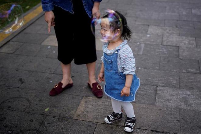 24h qua ảnh: Nữ sinh Hàn Quốc ăn trưa sau các tấm chắn bảo vệ - Ảnh 11.