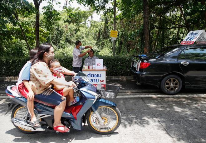 24h qua ảnh: Nữ sinh Hàn Quốc ăn trưa sau các tấm chắn bảo vệ - Ảnh 9.