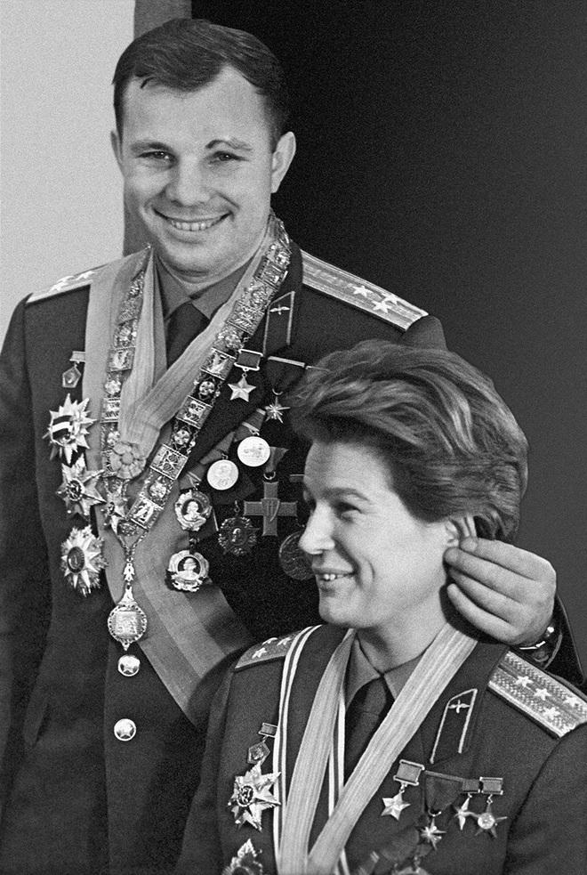 Cụ bà làm đường, gấu đạp xe chở con người: Những hình ảnh huyền thoại chỉ có ở Liên Xô - Ảnh 2.