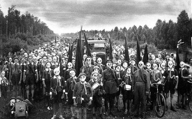 Cụ bà làm đường, gấu đạp xe chở con người: Những hình ảnh huyền thoại chỉ có ở Liên Xô - Ảnh 3.