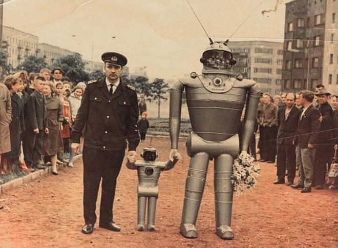 Cụ bà làm đường, gấu đạp xe chở con người: Những hình ảnh huyền thoại chỉ có ở Liên Xô - Ảnh 10.