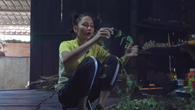 H'Hen Niê gây bất ngờ khi là hoa hậu đầu tiên ở Việt Nam làm điều này - Ảnh 5.