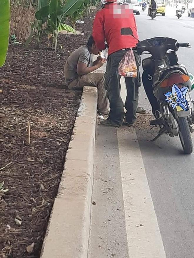 Thấy người nằm lả bên đường, tài xế xe ôm đem tặng bánh mỳ và chai nước, hành động sau đó càng gây xúc động - Ảnh 3.