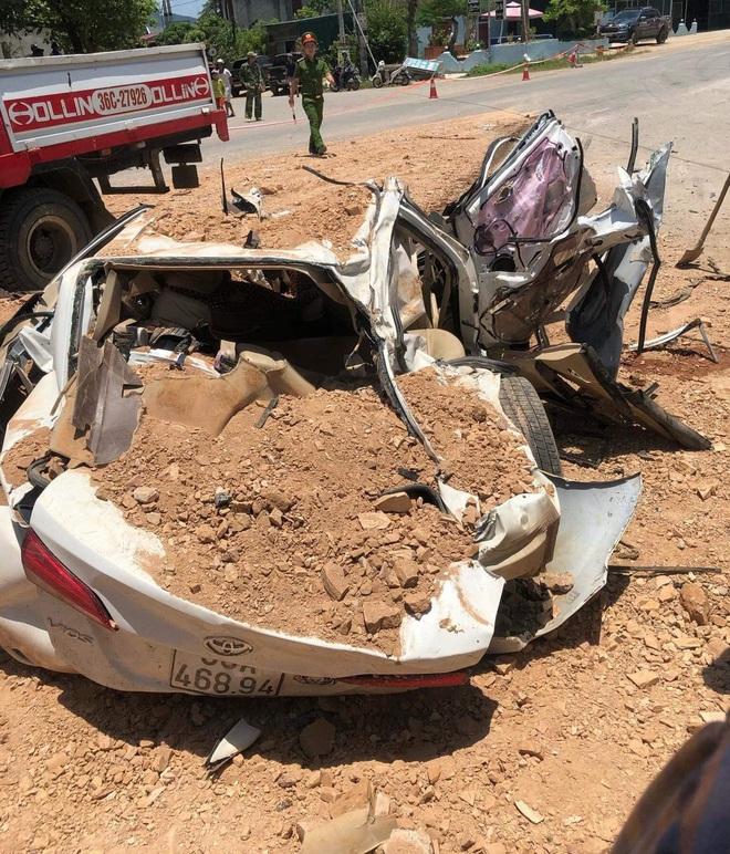 Vụ xe ben đè bẹp xe con khiến 3 người tử vong: Thùng xe ben chở đầy đất cát đè toàn bộ vào xe con - Ảnh 2.
