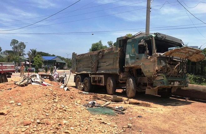 Video hiện trường vụ tai nạn kinh hoàng ở Thanh Hóa, xe ben đè chết 3 người trong xe ôtô - Ảnh 1.