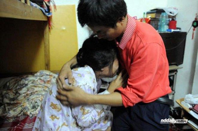 Trung Quốc: Sợ bị đánh, chồng nấp trong lúc vợ bị cưỡng hiếp
