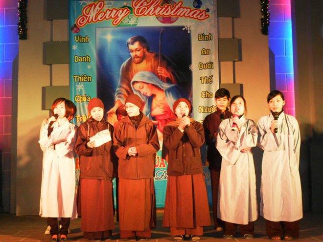 """Nhà chùa """"nô nức"""" sang nhà thờ chúc mừng giáng sinh"""
