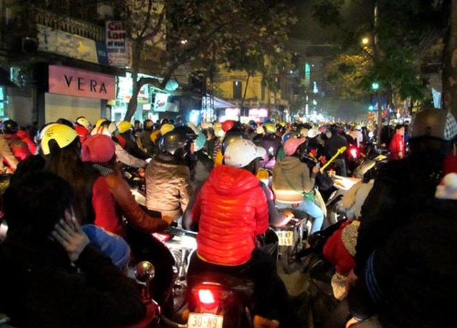 Hà Nội tắc đường cục bộ đêm Giáng sinh