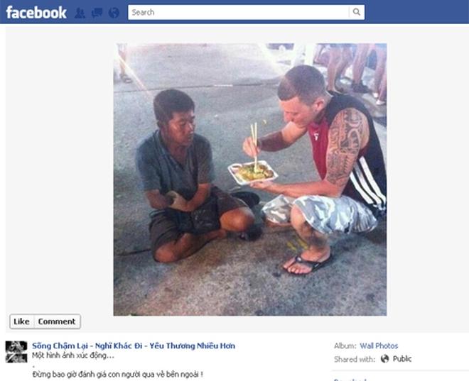 Bức ảnh chàng Tây bón cơm cho người ăn mày lay động cư dân mạng