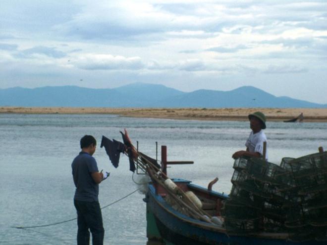 """Cửa sông bị bồi lấp, hàng trăm tàu cá """"bơ vơ"""""""