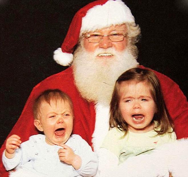 Trẻ con khóc thét khi gặp ông già Noel