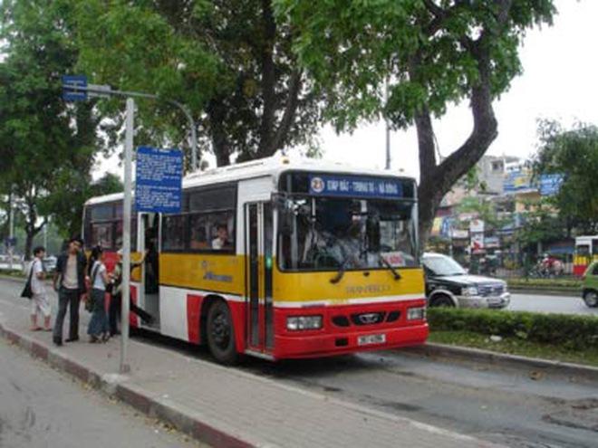Hà Nội: Xe buýt bị... trúng đạn