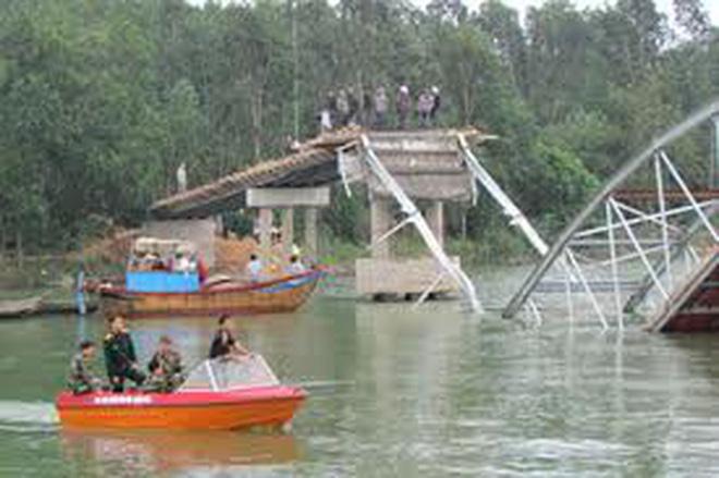 Sập cầu đang thi công làm 2 người chết