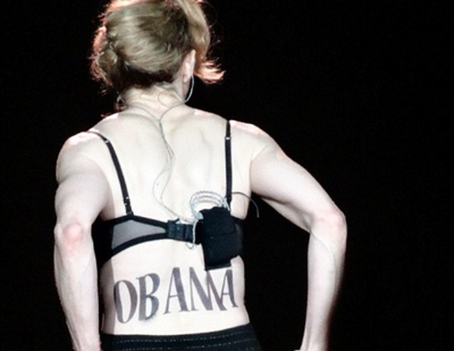 """Madona lộ hình xăm """"Obama"""" trên lưng"""