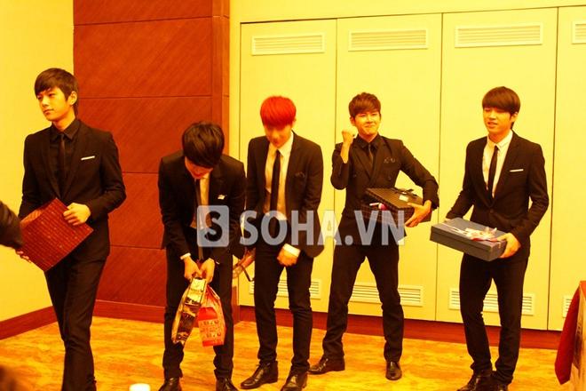 Các chàng trai Infinite bị bấn loạn trước fan Việt