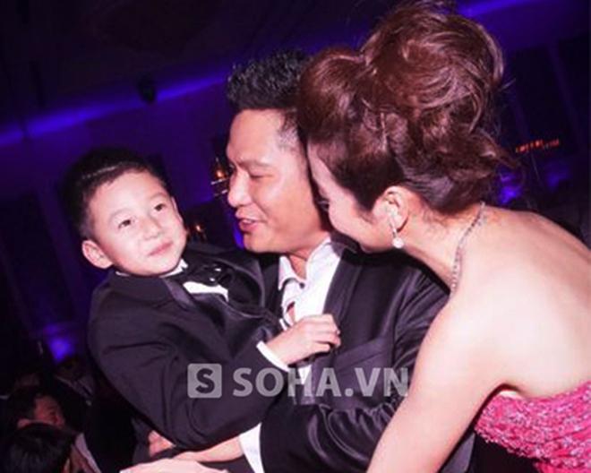 Bé Bảo Nam cười tít mắt bên Jennifer Phạm và cha dượng
