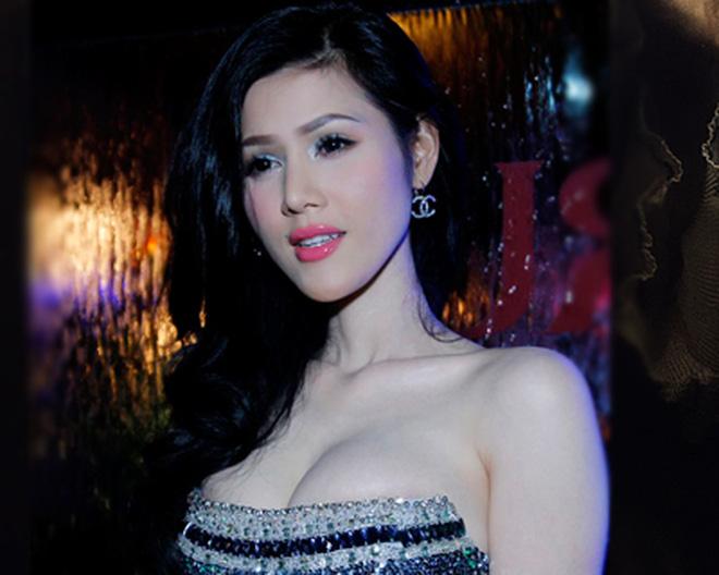 """Ca sĩ Đinh Phương Ánh hở 1/2 ngực """"khủng"""""""