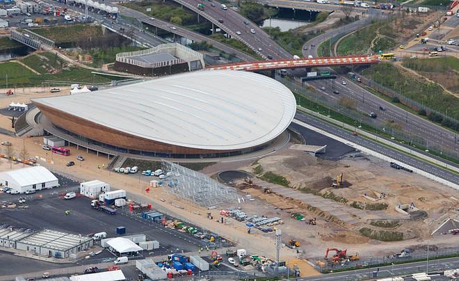 Nhà thi đấu của Olympic London bị... dột