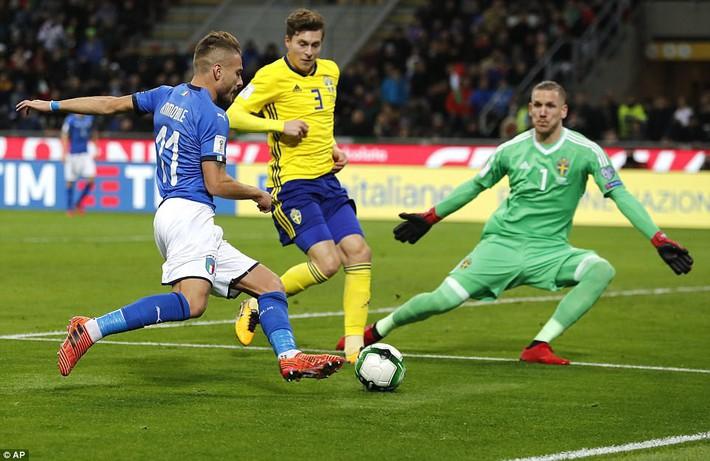 Italia mất vé dự World Cup 2018: Buffon khóc trong đau đớn, De Rossi điên tiết mắng HLV - Ảnh 2.