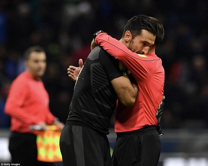 Italia mất vé dự World Cup 2018: Buffon khóc trong đau đớn, De Rossi điên tiết mắng HLV - Ảnh 7.