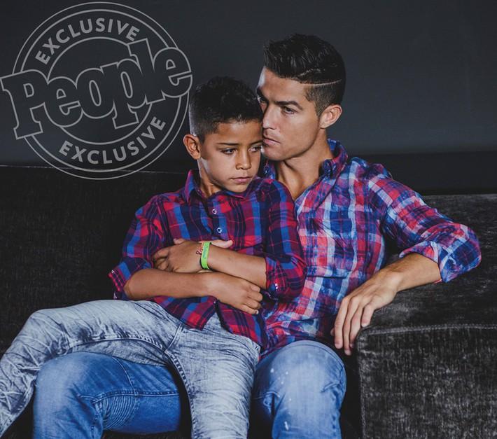 Con trai Ronaldo tạo dáng chuyên nghiệp trong lần đầu làm người mẫu - Ảnh 2.